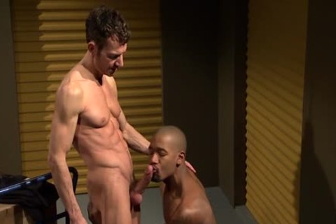 Muscled darksome guy cums